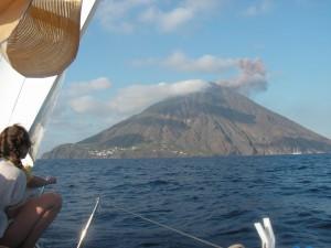 Вулкан Стромболи демонстрирует свой изящный конус