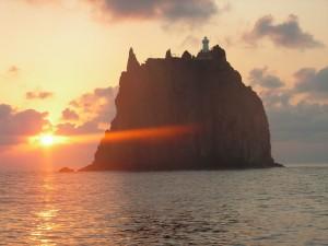 картинно подсветив скальный остров Strombolicchio.