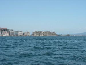 сквозь утреннюю дымку постепенно проявляется Неаполь
