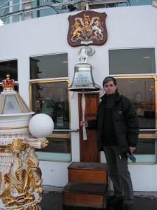 Корабельный колокол на юте. За стеклом - любимый салон Королевы Великобритании